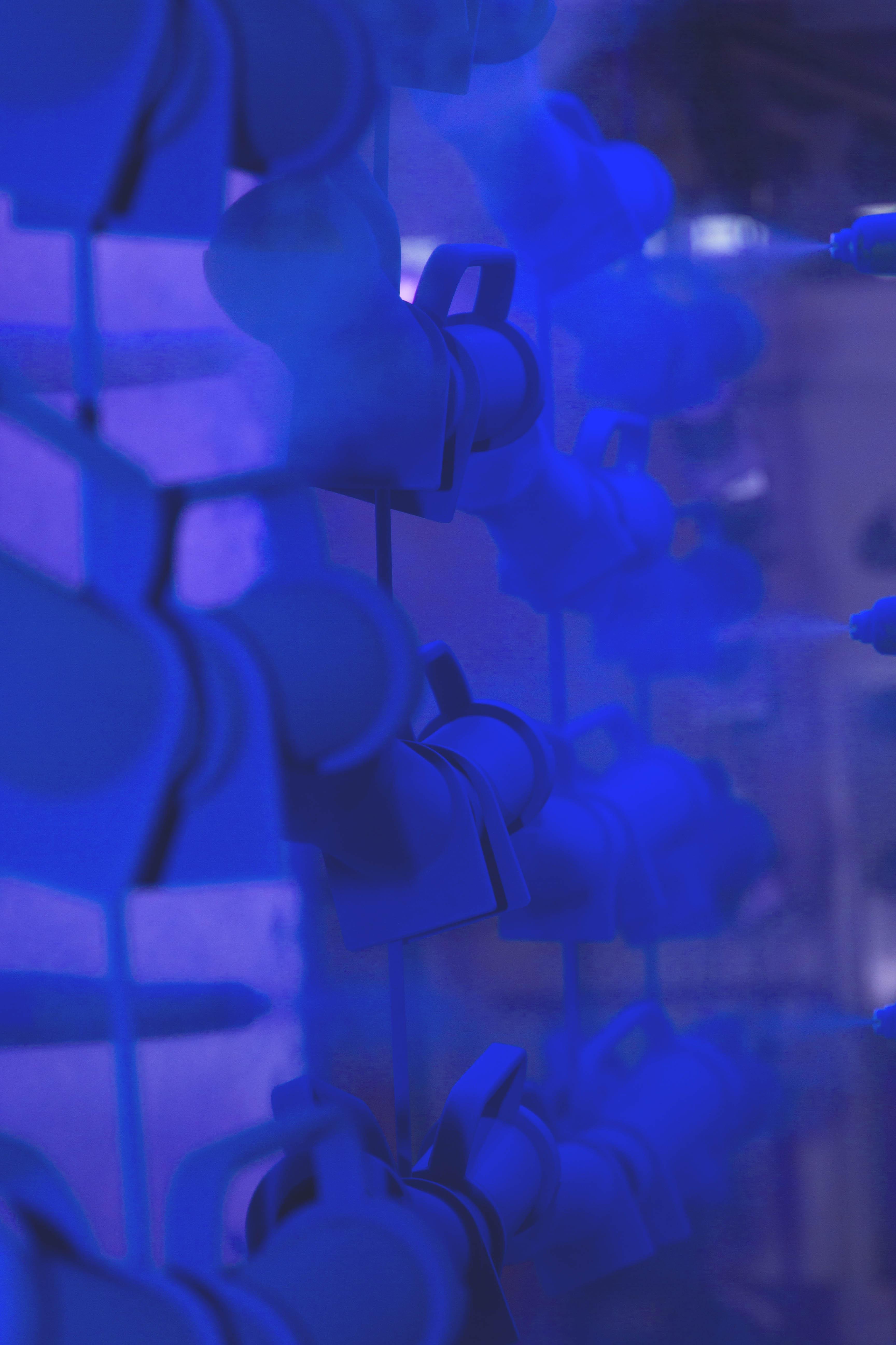 Décoration du métal par poudrage époxy bleu
